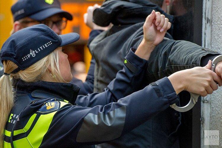 Man aangehouden voor gooien zwaar illegaal vuurwerk naar politiebus